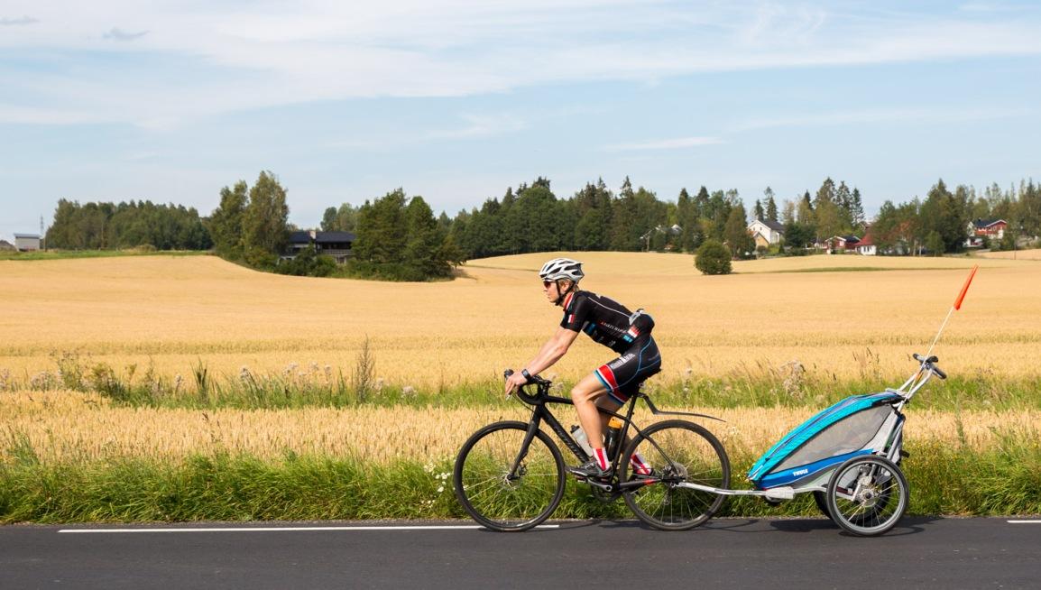 Jonas første sykkeltur – i en Thule ChariotCX1